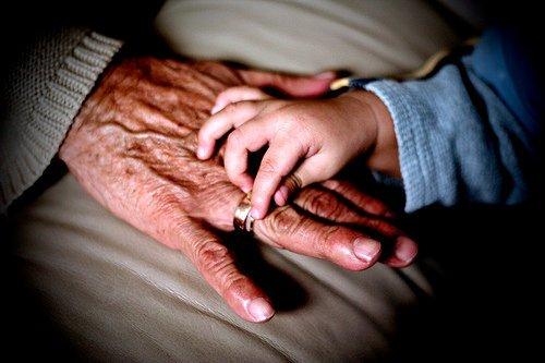 abuelo-cuida-nieto3